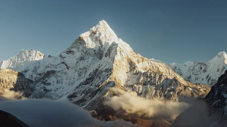 горный хребет : Evening view of Ama Dablam on the way to Everest Base Camp - Nepal Стоковые видеозаписи