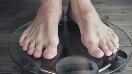 kilogramm : Men measuring weight on health scale. 3840X2160 UHD video
