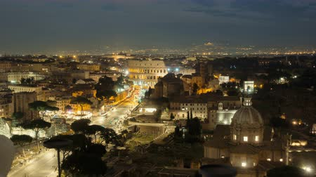 colosseo : Nighttime timelapse of the Colosseum and street traffic, Italy
