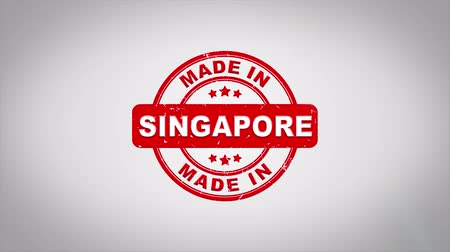 zegel : Made In SINGAPORE Ondertekend Stamping Text Wooden Stamp Animation. Rode inkt op schone achtergrond van wit papier met groene achtergrond in achtergrond.