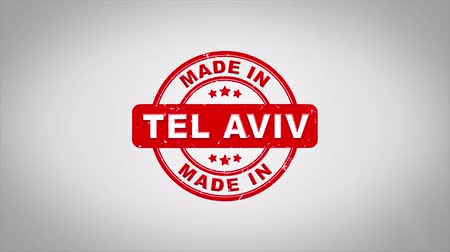 jodendom : Made In TEL AVIV Ondertekend Stamping Text Wooden Stamp Animation. Rode inkt op schone achtergrond van wit papier met groene achtergrond in achtergrond.