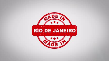 zegel : Made In RIO DE JANE Ondertekend Stamping Text Wooden Stamp Animation. Rode inkt op schone achtergrond van wit papier met groene achtergrond in achtergrond.