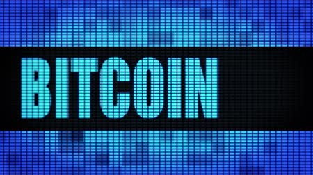 mijnbouw : Bitcoin Front Text Scrolling on Light Blue Digitale LED Display Board Pixel Light Scherm Looped Animation 4K Achtergrond. Bord, knipperlicht, pixelmonitor, LED-wandpaneel Stockvideo