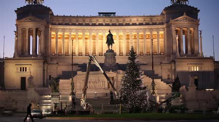 rzym : Video clip of the decoration of Christmas tree in Piazza Venezia, Rome, Italy.