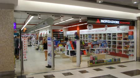 knihkupectví : FIUMICINO, ITALY - SEPTEMBER 2, 2016: Mondadori Bookstore inside Parco Leonardo Shopping Center, belonging to the Mondadori Group, the largest Italian publishing company.