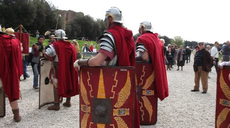 római : ROME, ITALY - APRIL 19, 2015: Birth of Rome festival - Actors dressed as ancient Roman Praetorian soldiers attend a parade to commemorate the 2,768th anniversary of the founding of Rome.