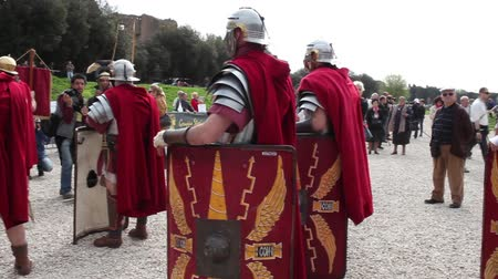 local de nascimento : ROME, ITALY - APRIL 19, 2015: Group of legionaries faithfully reconstructed by the Roman Historical Group, making a historical re-enactment with the occasion of the 2768th anniversary of Rome.