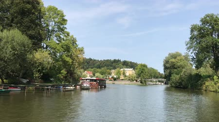 kano : LJUBLJANA, SLOVENIA - AUGUST 29, 2018: During the summer, free canoe hire for riders along the Ljubljana river is available from Ljubljanas old city center. Stok Video