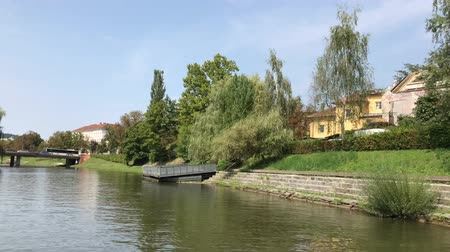 slovenya : LJUBLJANA, SLOVENIA - AUGUST 29, 2018: Fresco cafes and restaurants on the banks of Ljubljanica river. Stok Video