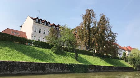 лодки : LJUBLJANA, SLOVENIA - AUGUST 29, 2018: Lovely historic buildings, on the banks of Ljubljanica river.