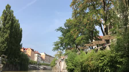 посещающий : LJUBLJANA, SLOVENIA - AUGUST 29, 2018: Beautiful historic, medieval, buildings, cool cafes, restaurants and small shops on the banks of Ljubljanica river.