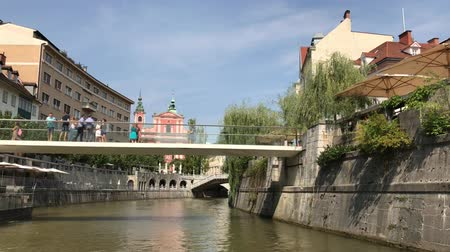 hármas : LJUBLJANA, SLOVENIA - AUGUST 29, 2018: Beautiful view of the medieval, buildings along the Ljubljanica river in downtown area, with The Triple Bridge and The Franciscan Church of the Annunciation.