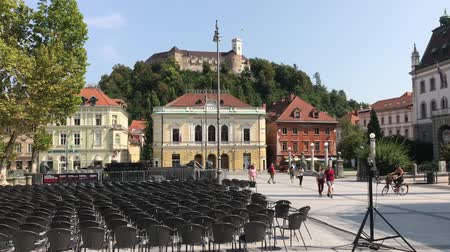 посещающий : LJUBLJANA, SLOVENIA - AUGUST 29, 2018: The Congress Square with the University and the Music Academy during the Ljubljana Festival. Стоковые видеозаписи