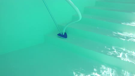 higiênico : Cleaning the pool with a manual vacuum brush. Stock Footage