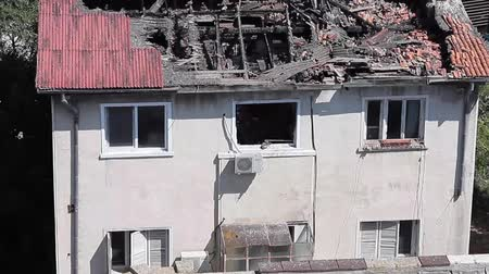 decadência : House destroyed by arson with the roof collapsed and the state of abandonment. Vídeos