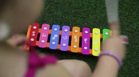 przedszkole : girl playing the xylophone close-up Wideo