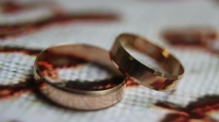 divórcio : Spinning wedding gold rings close-up
