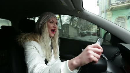 śpiew : women driving and singing in the car Wideo
