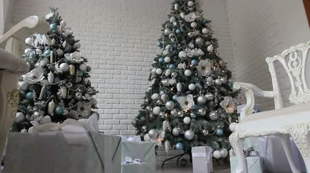 show room : i regali sotto bianco Natale Motion Tracking albero Filmati Stock