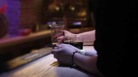 viski : mixing whiskey with coke at nightclub on bar