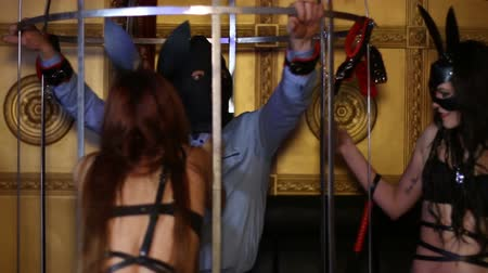 kajdanki : man in a cage. BDSM room Wideo
