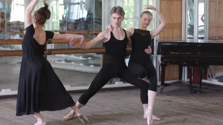Пол : Three ballet dancers do ballet element