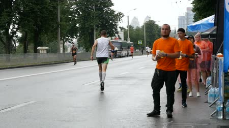 hidratar : DNIPRO, UKRAINE- MAY 20: Volunteer giving water on refreshment point at the 3rd INTERPIPE Dnipro Half Marathon 2018, May 20, 2018 in Dnipro, Ukraine