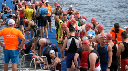конкурировать : DNIPRO, UKRAINE-June 9, 2019: Dnipro Triathlon Festival, athletes are preparing for competition of swimming, June 9, 2019 in Dnipro, Ukraine Стоковые видеозаписи
