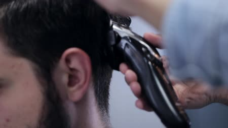 kadeřník : Barber shape up haircut white man with electric razor at barbershop, close-up. Dostupné videozáznamy