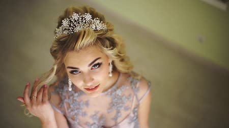 blond vlasy : Beautiful fashionable bride. Stylish hair accessories. Blonde curly hair. hairdresser salon, stylist, trendy stylish bright make-up. Pretty woman posing, looking at camera