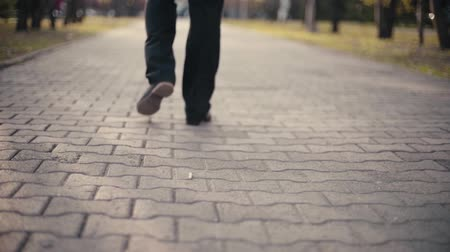 kötü : Man drop cigarette on the street and walk away Stok Video