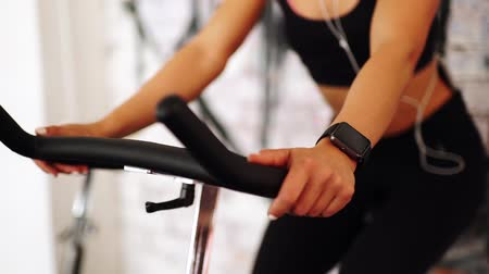 elektronika : Smart watch showing a heart rate of exercising woman in gym