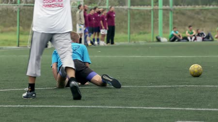 jogador de futebol : soccer player fell during the game.