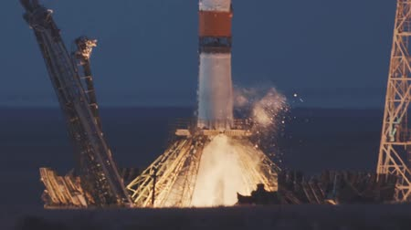BAIKONUR, KAZAKHSTAN - JULE 28: Russian rocket take off. The spacecraft launches into space, the astronauts fly away from planet earth for docking in the International Space Station. Vídeos