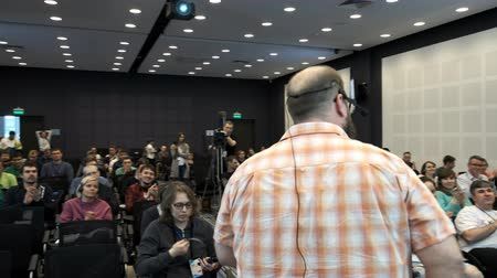 общественный : UFA RUSSIA - 04.04.2018: spectators applaud the speaker at the seminar or lecture. The lecture was over. Lecture on programming or smm