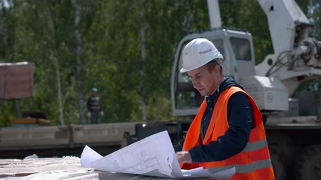 испанец : Architect looking at blueprints in a building site