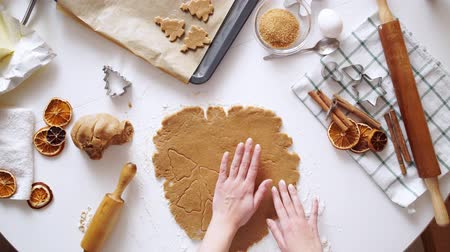 штифт : Gingerbread cookies preparation recipe, unrecognizable woman hands making dough with rolling pin on white kitchen table. Traditional homemade christmas dessert