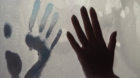 okno : Hand prints in ice Wideo