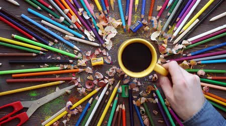 çay fincanı : Many color pencils in cute cup or box isolated on the white background