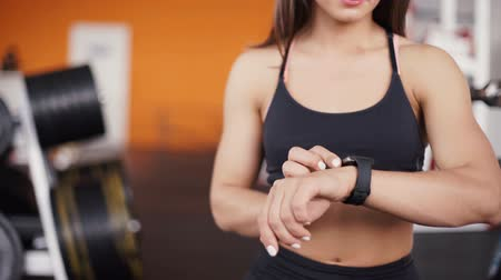 устройство : Smart watch showing a heart rate of exercising woman in gym