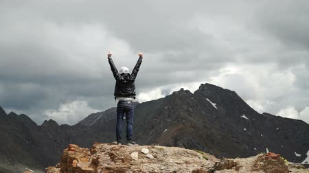 paže : Man on top of mountain. Conceptual design. Dostupné videozáznamy