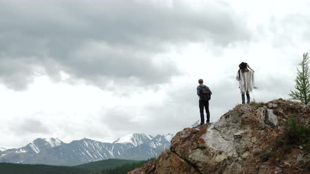 wspinaczka górska : Two people standing on top of a mountain