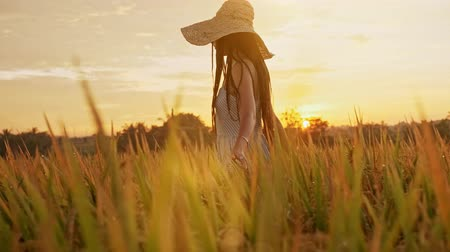 Teenage girl enjoy with sun in the evening glow. Beauty Girl Outdoors enjoying nature. Beautiful Teenage Model girl in white dress running on the Spring Field, Sun Light Vídeos