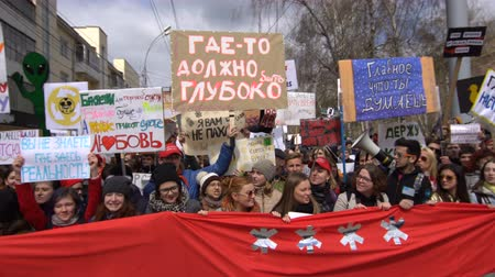 unrest : NOVOSIBIRSK, RUSSIA, MAY 1, 2017: Action Monstration 2017 in Novosibirsk. Many Russian artists come with placards for freedom of speech. Many young people are defending their point of view 4k. Stock Footage