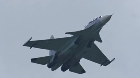 avançar : Fighting falcon. Russian fighter aircraft in slow motion. Close-up of an airplane. Russian and US Army. A military plane is flying in the sky. Hostilities. Bomber craft in slow motion.