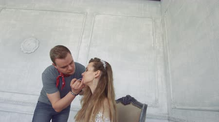 ориентация : Guy squeals makes makeup to girl.