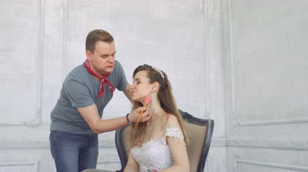 рог : Guy squeals makes makeup to girl.