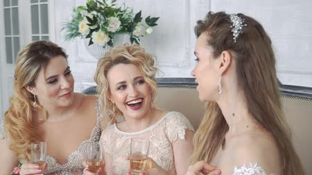 pletyka : Three girls met at a wedding with a friend.