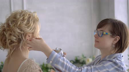 pente : The Stylist is Making a Hairstyle in the Salon of a Girl.