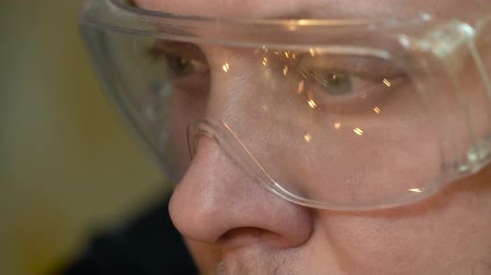 kaynakçı : Closeup Worker Makes Welding in Factory and Glasses Reflect Sparks Slowmotion